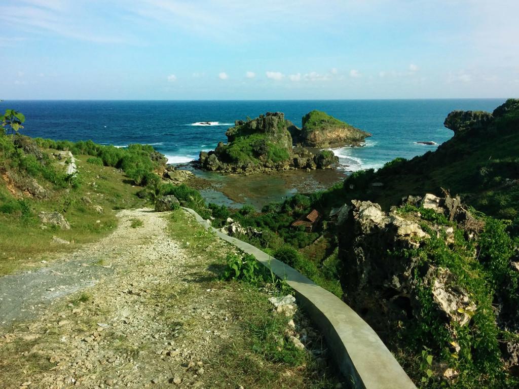 Jalan menuju Pantai Nglambor