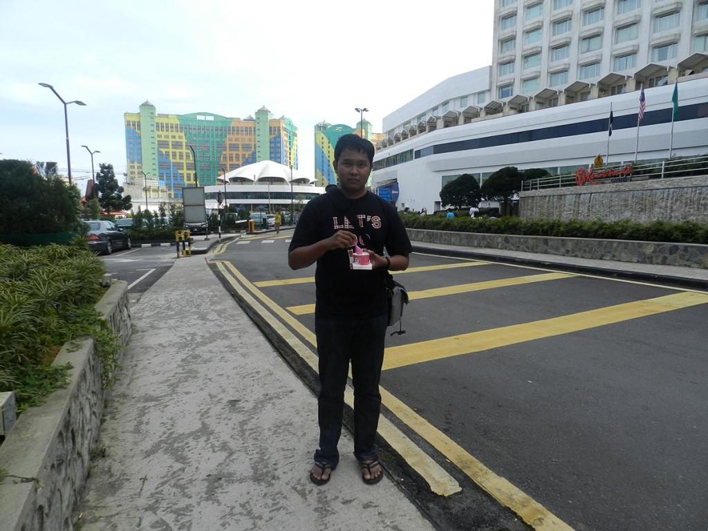 Bangunan warna-warni di belakang itu adalah First World Hotel