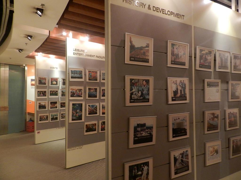 Berbagai foto-foto penting mengenai sejarah Genting Highland dipajang di sini