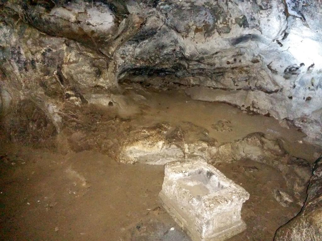 Konon katanya di bagian sudut gua ini sering digunakan untuk bertapa