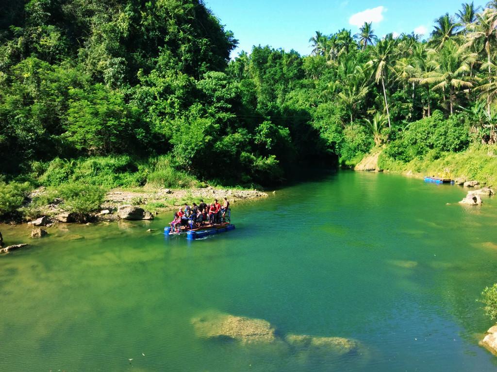 Perjalanan menuju air terjun Sri Gethuk lewat jalur sungai