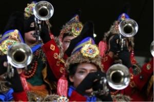 pemain marching band sedang kusyuk meniup terompet