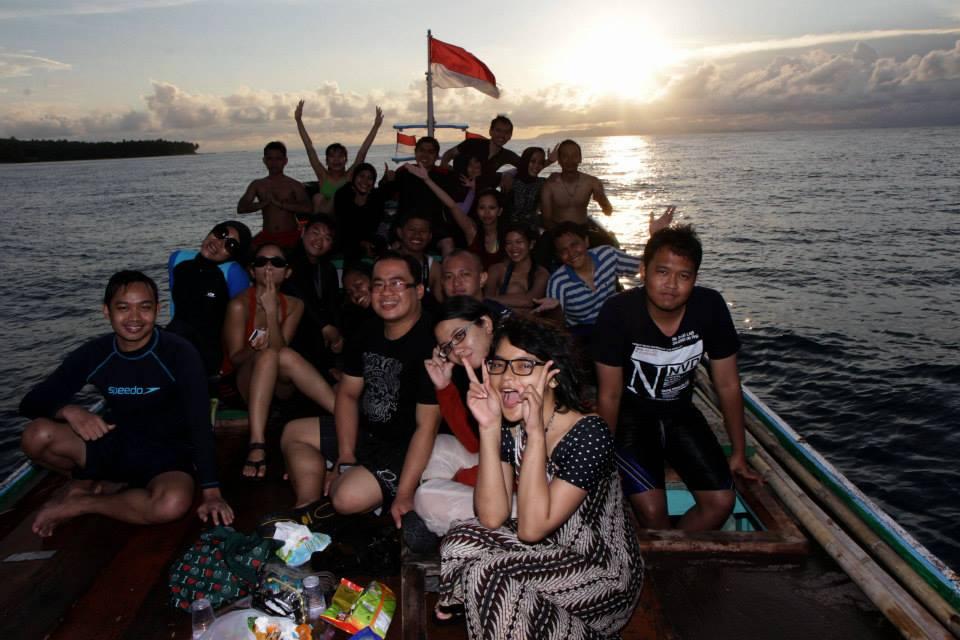 Menikmati sunset di atas kapal