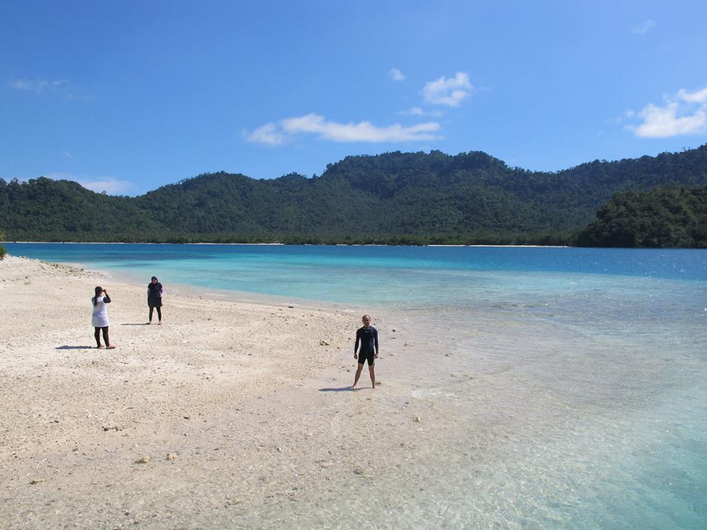 Pantainya bikin betah berlama-lama maen air