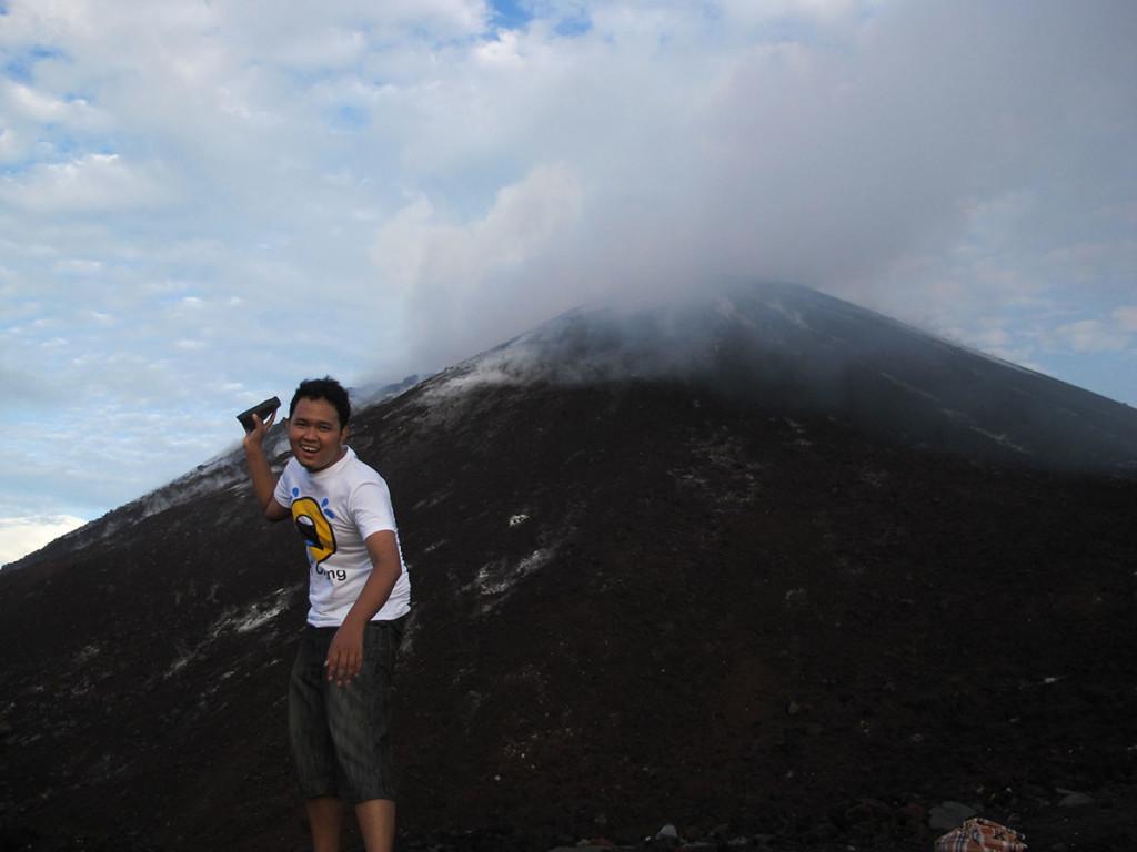 Tuh liat, asapnya Anak Krakatau mengepul