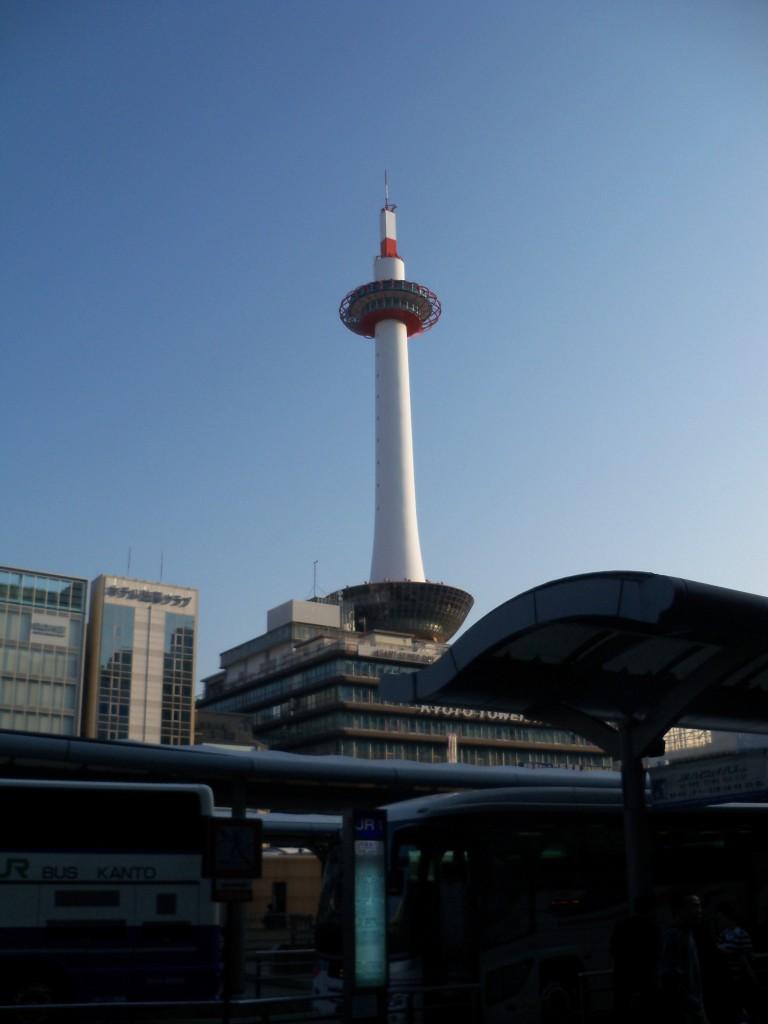 Kyoto Tower dari Stasiun Kyoto