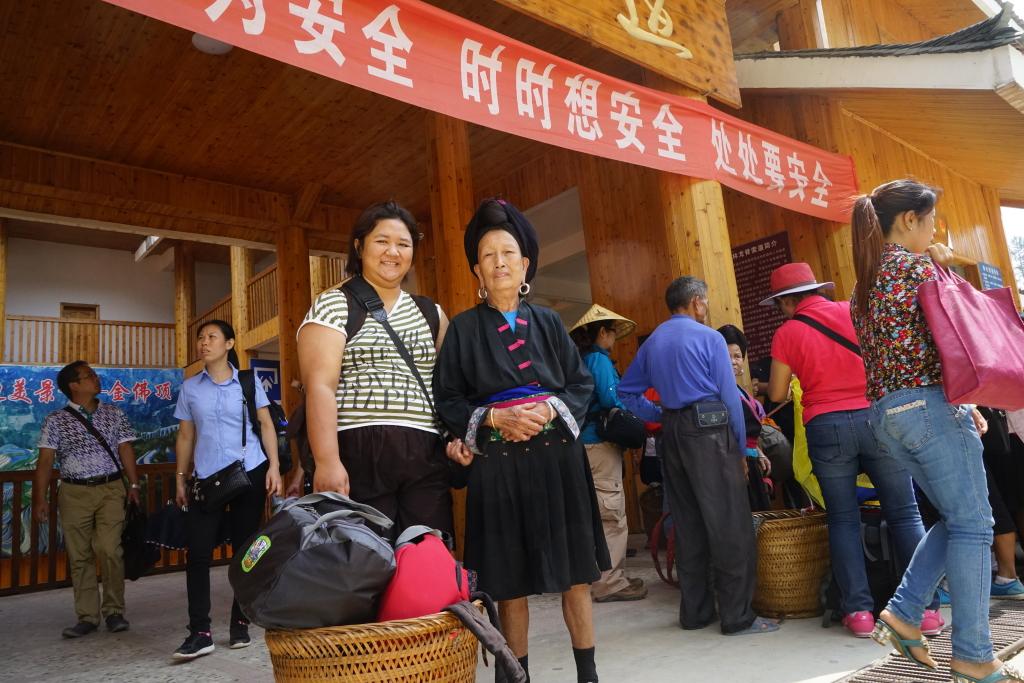 Porter saya sewaktu di Jingkeng, sudah berumur tapi coba lihat berapa tas yang masuk di keranjangnya!