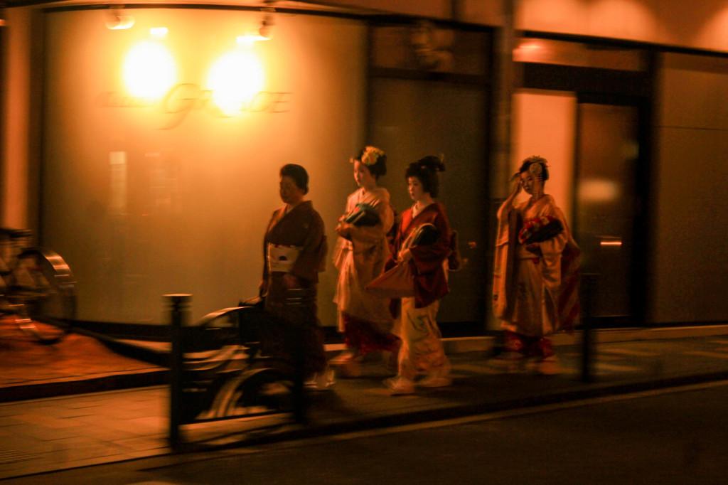 Mbak-mbak geisha berjalan tergopoh-gopoh