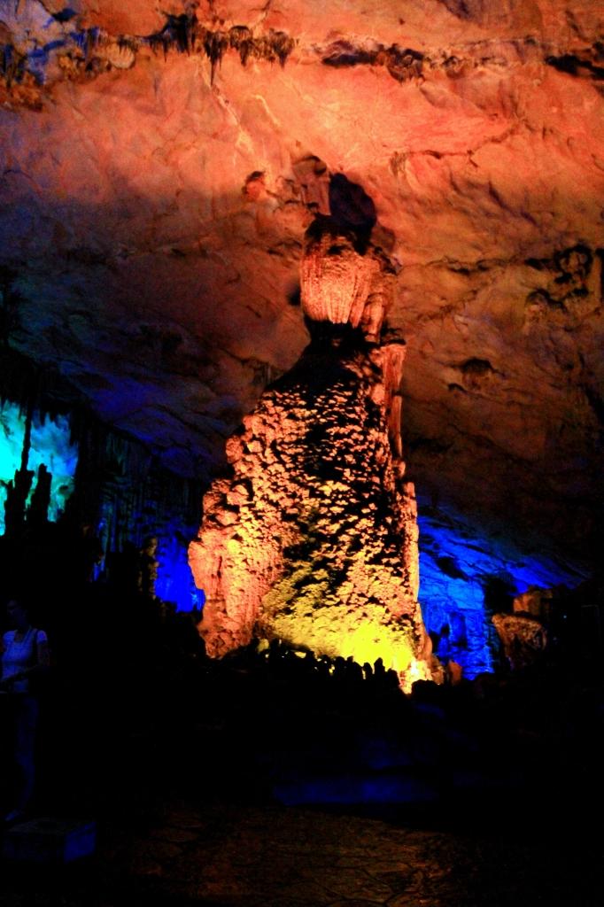 Salah satu isi radi Red Flute Cave. Lampu Lampu hanya bisa aktif dengan kartu khusus yang di pegang guide di sana
