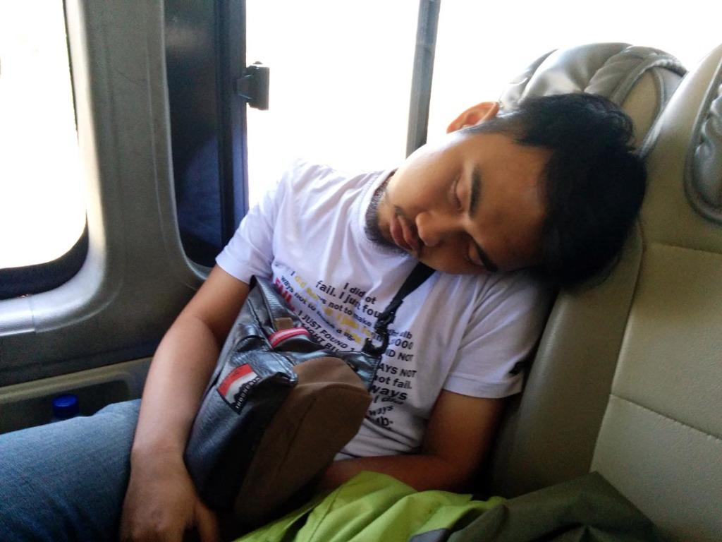 Ni anak kebanyakan tidur sampai lehernya patah gitu :D