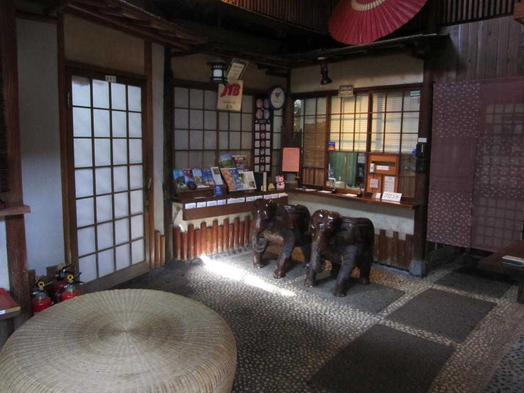 Resepsionis sekaligus toko suvenir Ryokan Kagetsu