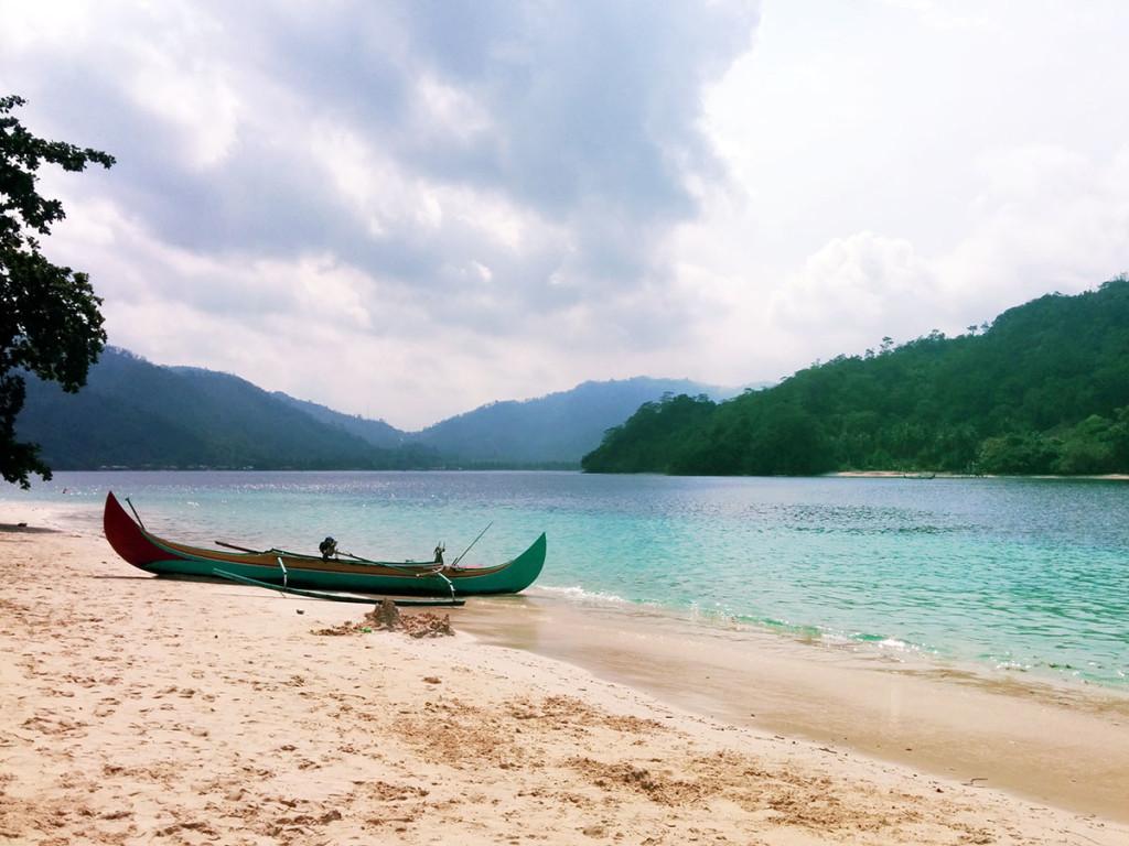 Jukung di Pulau Kelapa teluk Kiluan