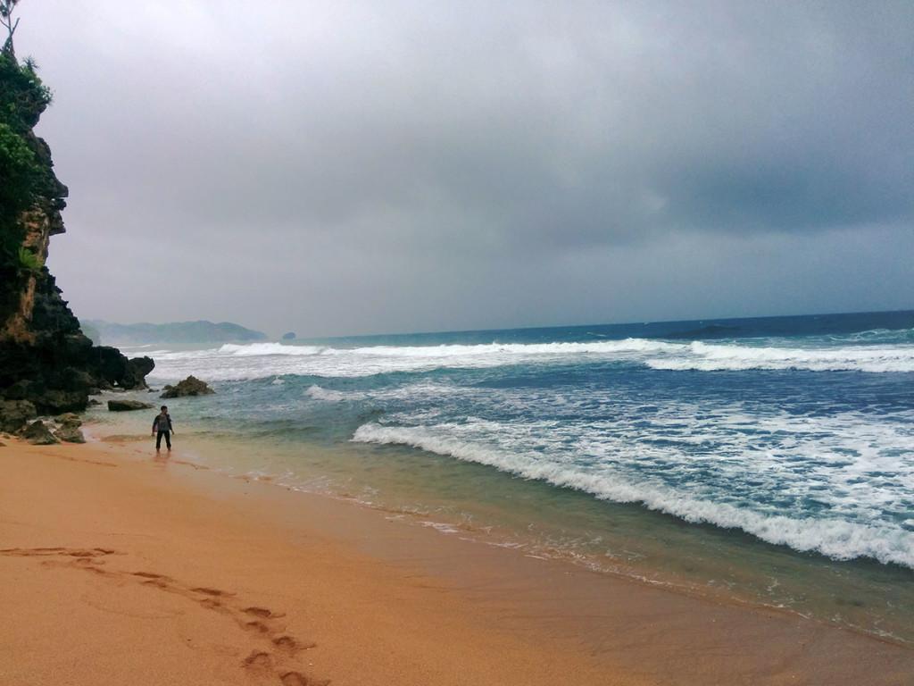 bermain ombak di pantai sepanjang