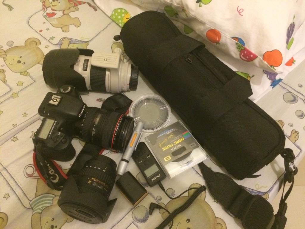 ini bawaan standart kalau lagi ikut fofografi trip - gak praktis banget kan ?