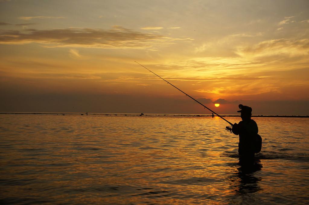 Siluet seorang pemancing, hasil tangkepan kamera mirrorless. Credit buat Pakdhe Yefta