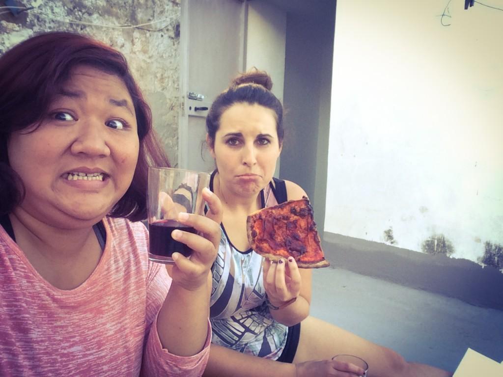 Menikmati wine di rooftop , karena keasikan ngobrol pizza nya Brie yang lagi diangetin gosong :p
