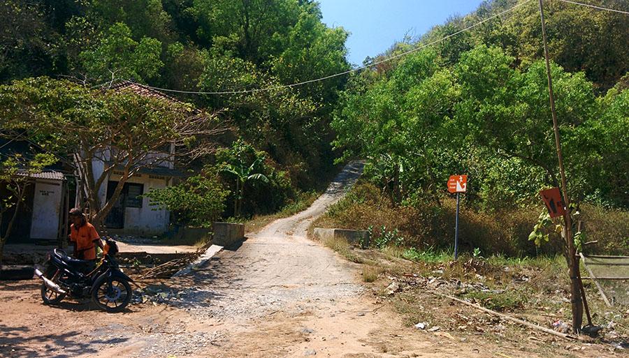 Jalan menuju Pantai Krokoh dari Pantai Sadeng