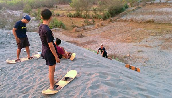 Aktivitas Sandboarding di gumuk pasir