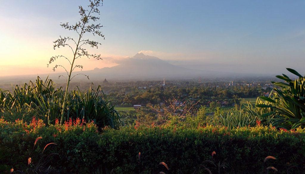 Pemandangan Abhayagiri Restaurant yang terletak di atas bukit,