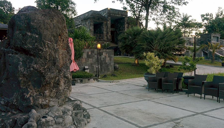 Pelataran di sekitar Abhayagiri Restaurant