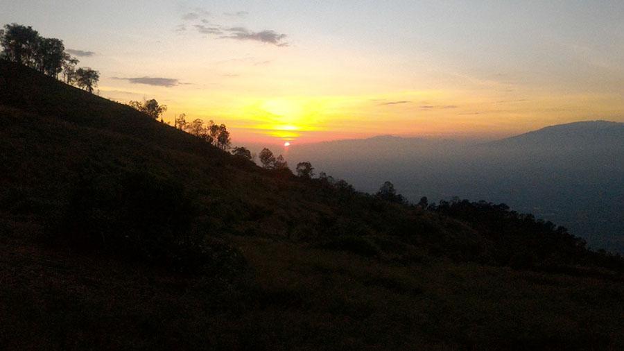 Sunrise di Puncak Bayangan gunung penanggungan