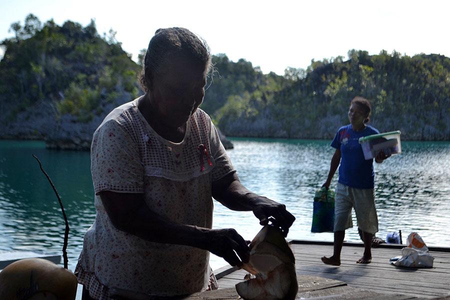 Mama penjual kelapa