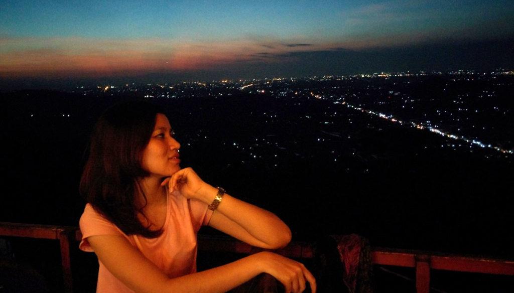 pemandangan bukit bintang malam hari